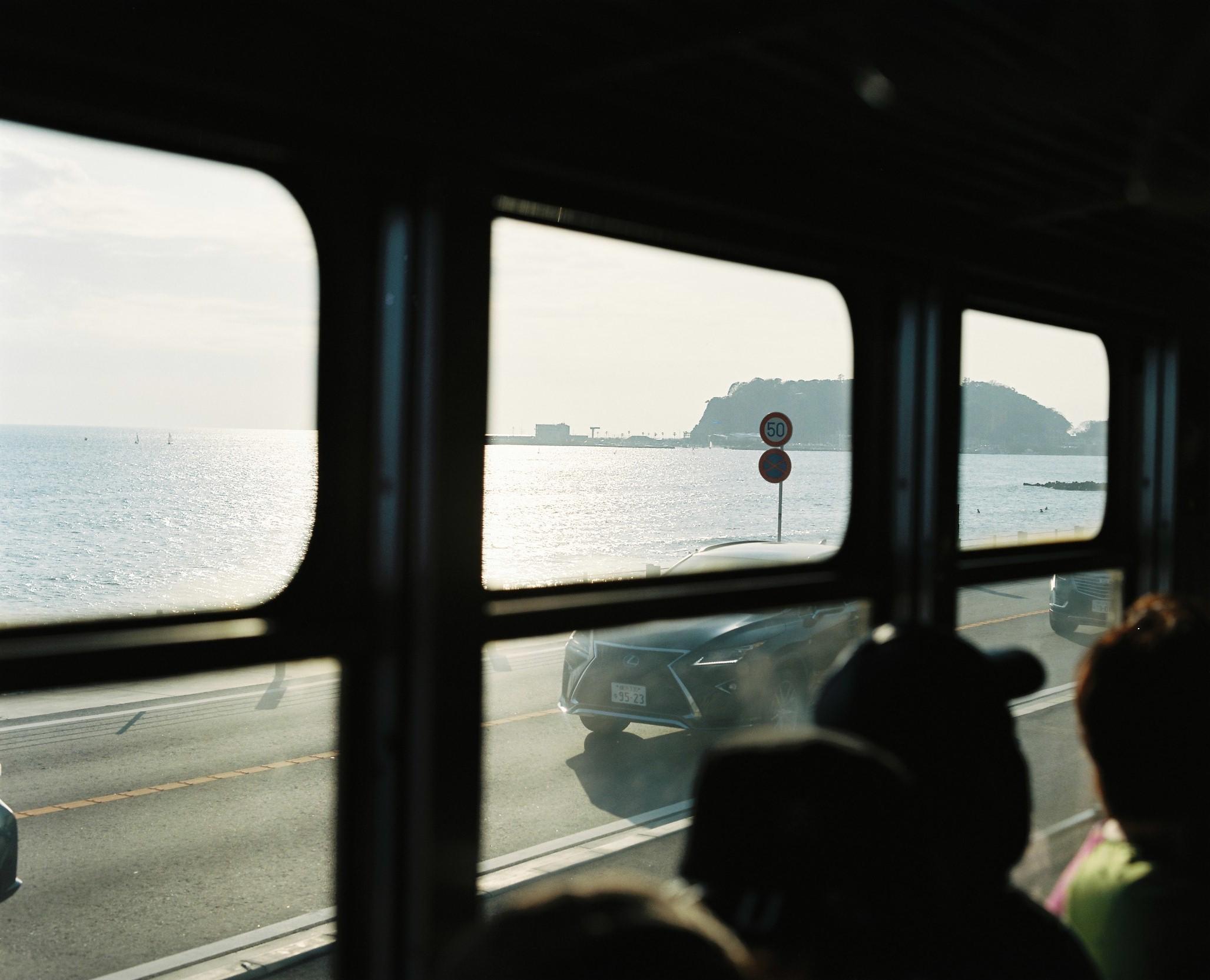 江ノ電車内から見た江ノ島