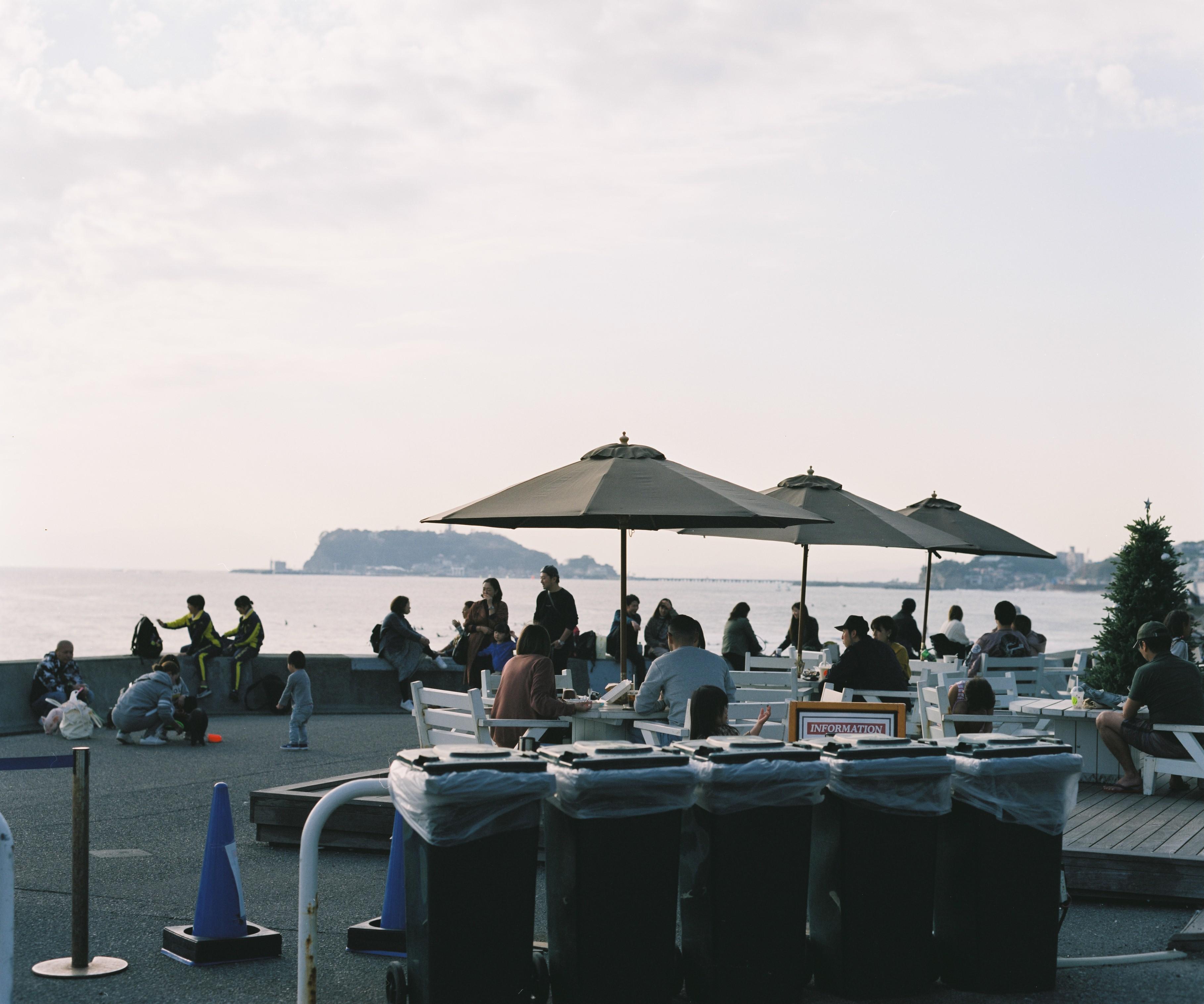 江ノ島とパラソル