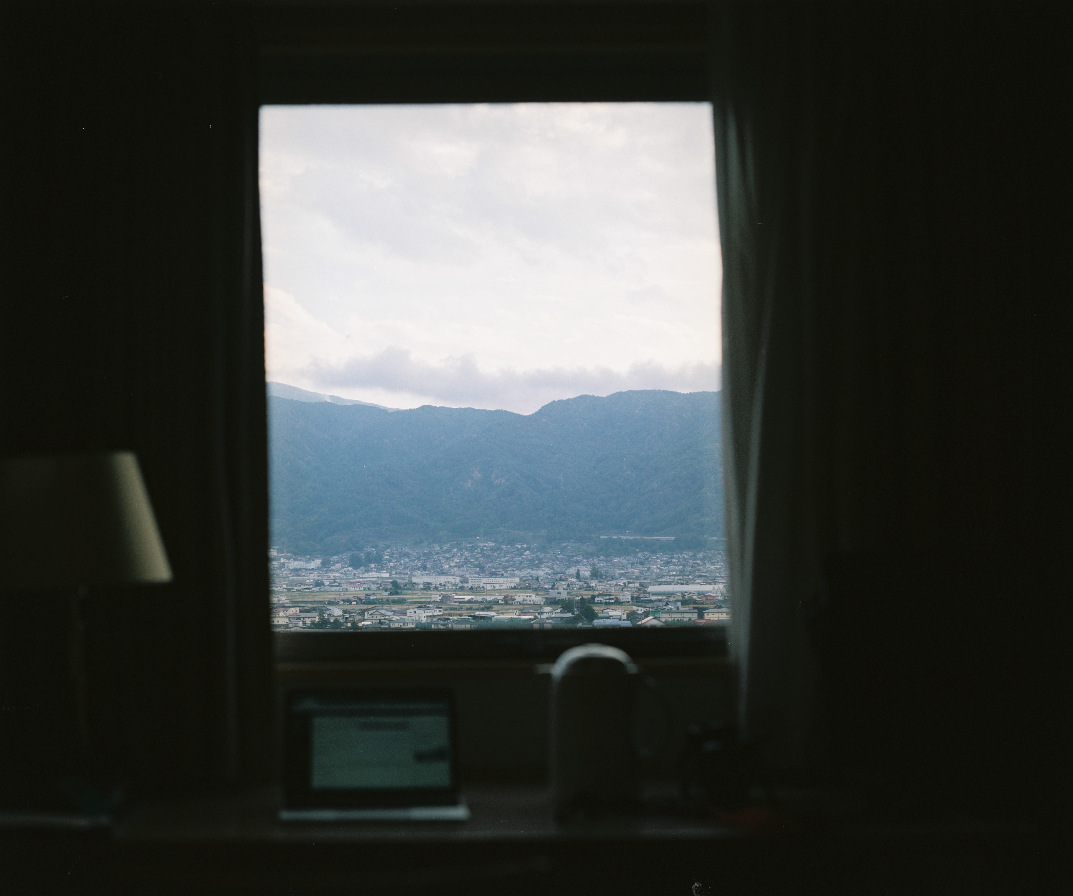 ホテルの窓から眺める諏訪の町並み