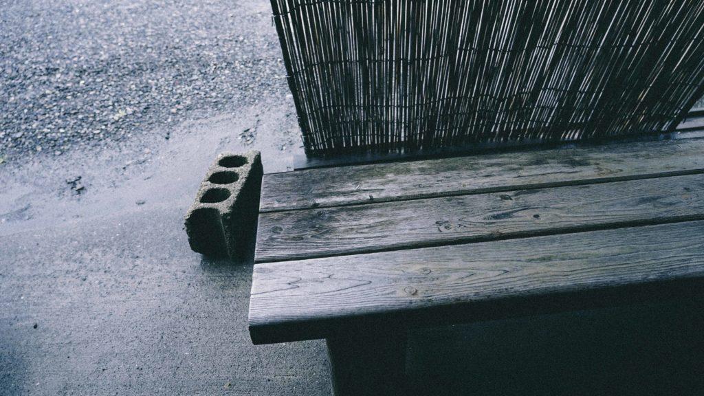外のベンチ